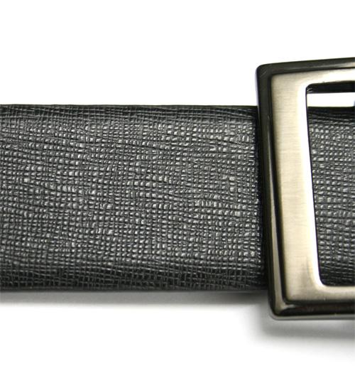 Detalle del cinturón hebilla reversible negro y burdeos