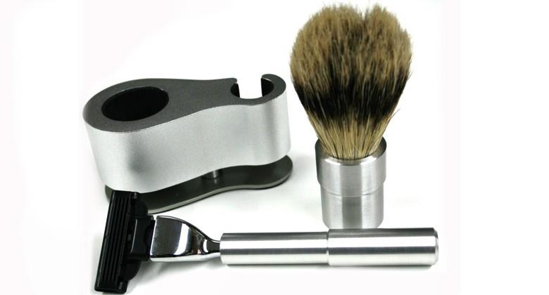 Set afeitado en metal con mango para cuchillas y brocha