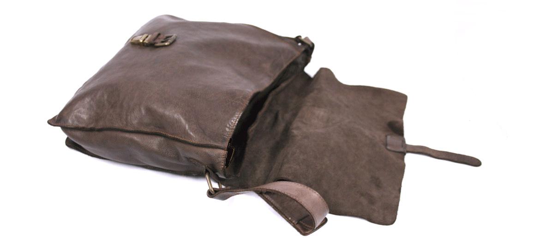762260af07c Bandolera hombre vintage tipo messenger en piel lavada color marrón ...