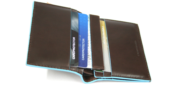 Cartera billetera hombre con tarjetero DNI estraíble en color marrón y azul de la marca Piquadro