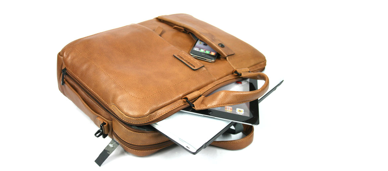 Cartera dos asas,  dos compartimentos para portátil de piel marca Piquadro - comprar online 325€ euros
