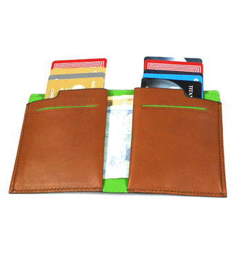 Cartera billetera tarjetero vertical de piel beige marca Piquadro - comprar online precio 92€ euros