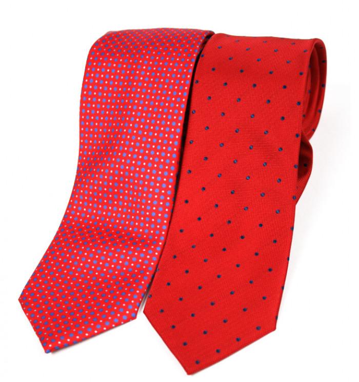 Corbata de seda natural de color rojo con dibujo de lunares