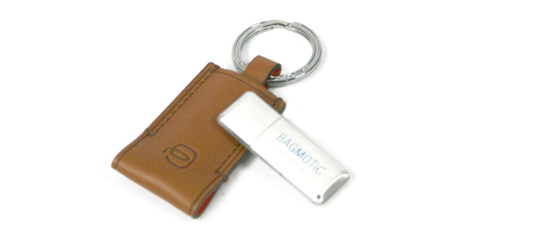 Llavero de piel con USB de 16GB marca Piquadro - comprar online precio 75€ euros