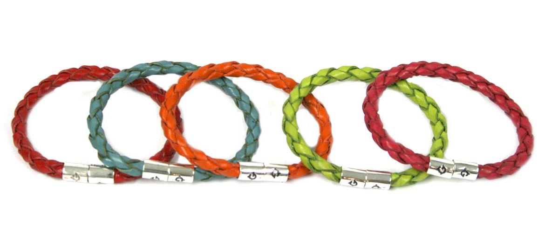 Pulsera de cuero trenzado de colores y cierre de imán - comprar online precio 27€ euros