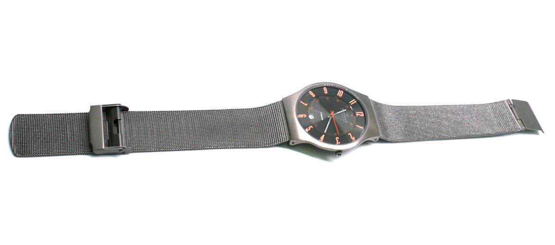 Reloj esfera negra con detalles en naranja marca Skagen - comprar online precio 169€ euros