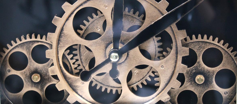 Reloj de sobremesa o pared con maquinaría a la vista - Solohombre