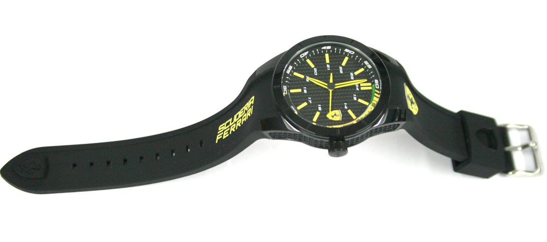 Reloj de pulsera deportivo con detalles en amarillo marca Ferrari - comprar online precio 129€ euros